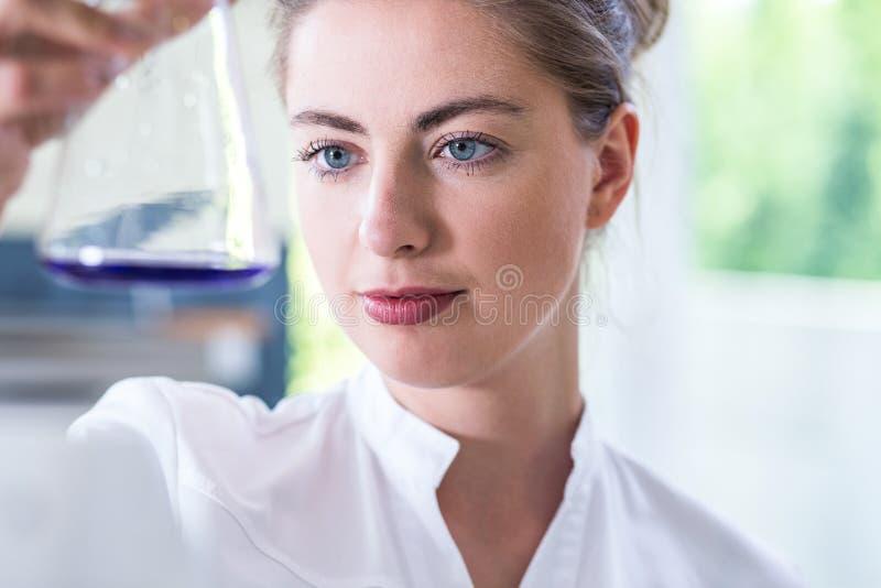 Techniker, der chemische Substanzen prüft stockbild
