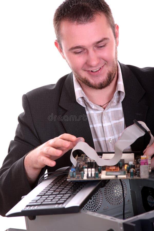 Techniker, der den PC getrennt auf Weiß repariert lizenzfreies stockbild