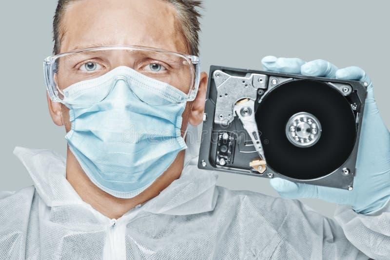 Techniker hält die Festplatte lizenzfreies stockbild
