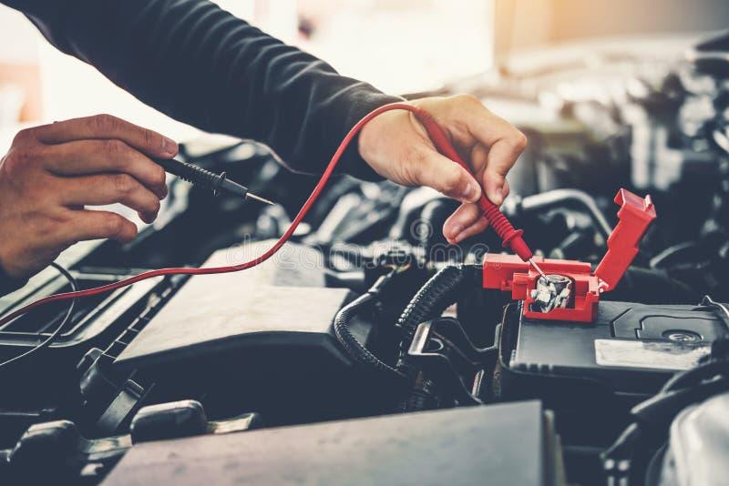Techniker Hands des Automechanikers arbeitend in der Autoreparatur Service- und Bahndienstwagenbatterie stockbild