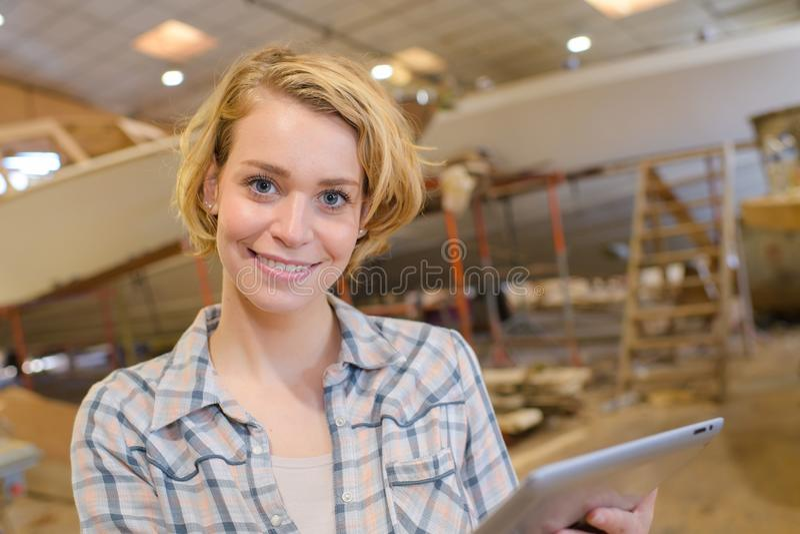 Techniker im Bootsyard stockbild