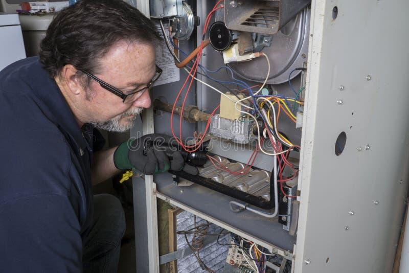 Techniker Looking Over ein Gas-Ofen lizenzfreies stockfoto