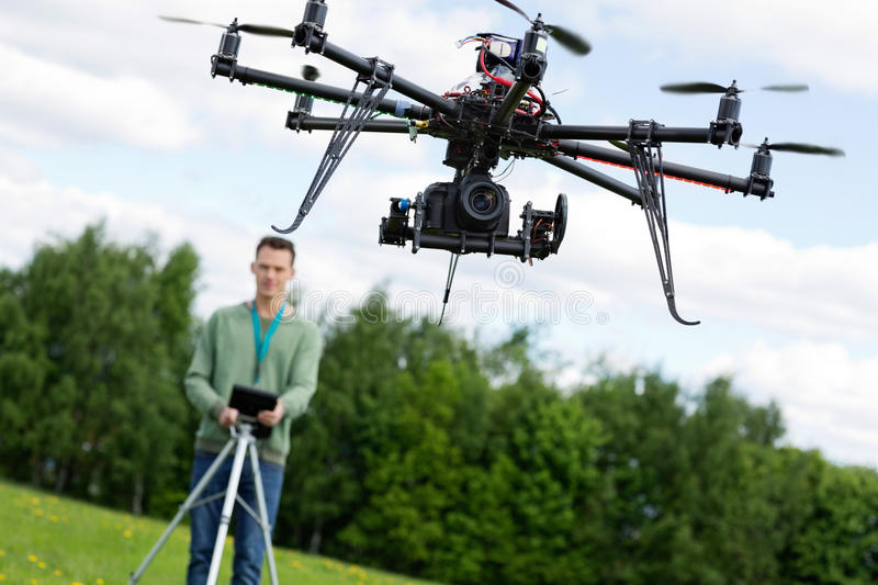 Techniker-Operating UAV Octocopter stockbild