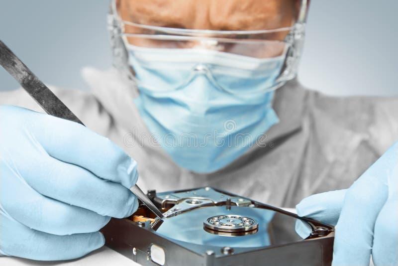 Techniker repariert die Festplatte lizenzfreie stockfotografie