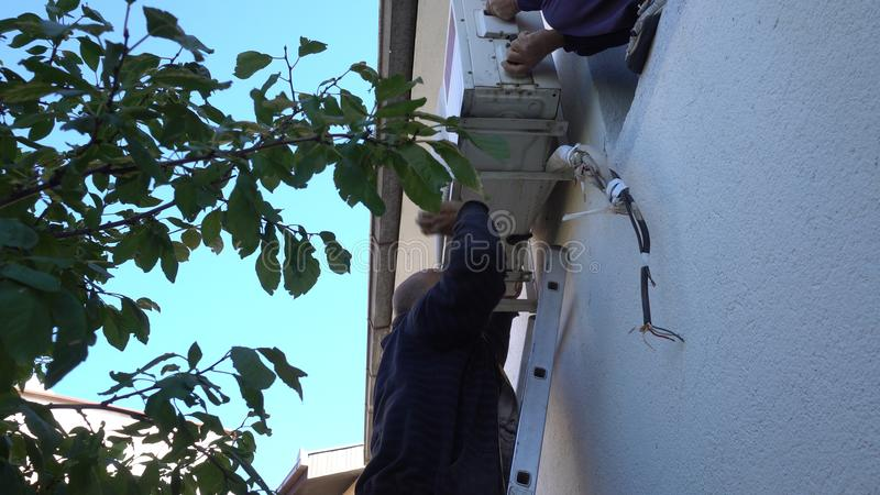 Techniker tun die Prüfung, Montage, Reparatur auf Klimaanlage im Freien lizenzfreies stockfoto