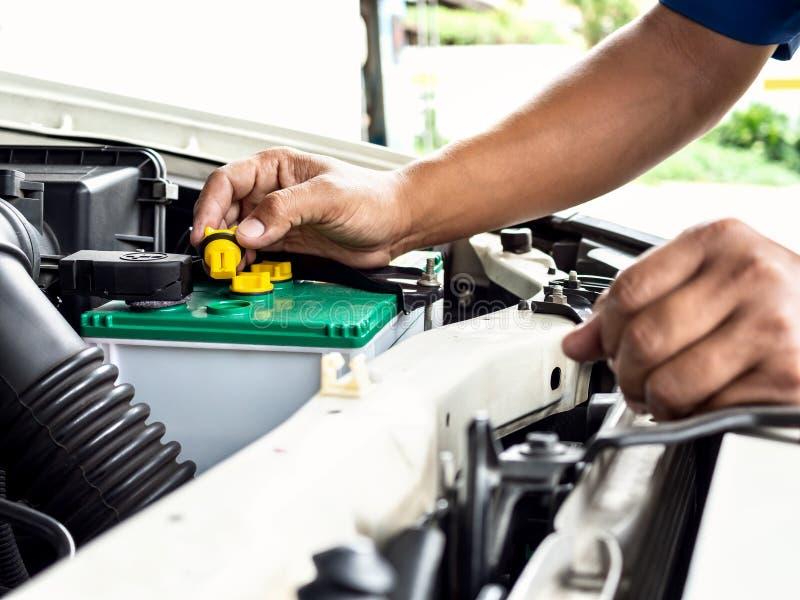 Technikerarbeit im Autoselbstservice stockfoto