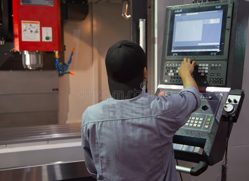 Technikerbedienfeld von CNC-Maschine stockbild
