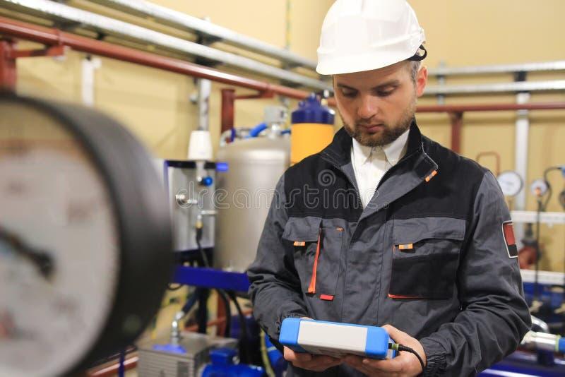 Technikerdiplom-ingenieur auf Tankstelle des technischen Öls und lizenzfreie stockbilder