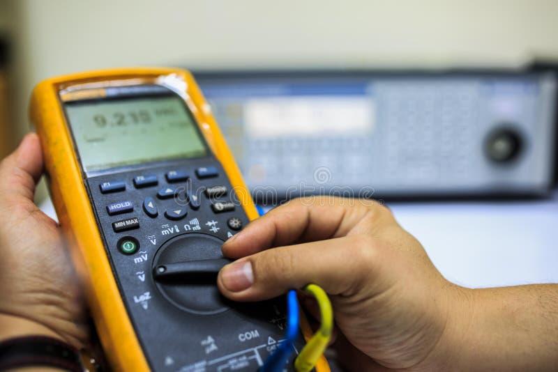 Technikerdrehungsschalter des Vielfachmessgeräts für Kalibrierung mit multi Kalibrierer der Präzision lizenzfreies stockfoto