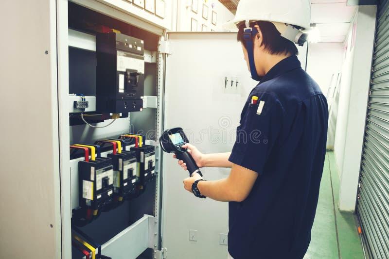 Technikergebrauchswärmebildkamera, zum von Temperatur in Fa zu überprüfen lizenzfreie stockfotos