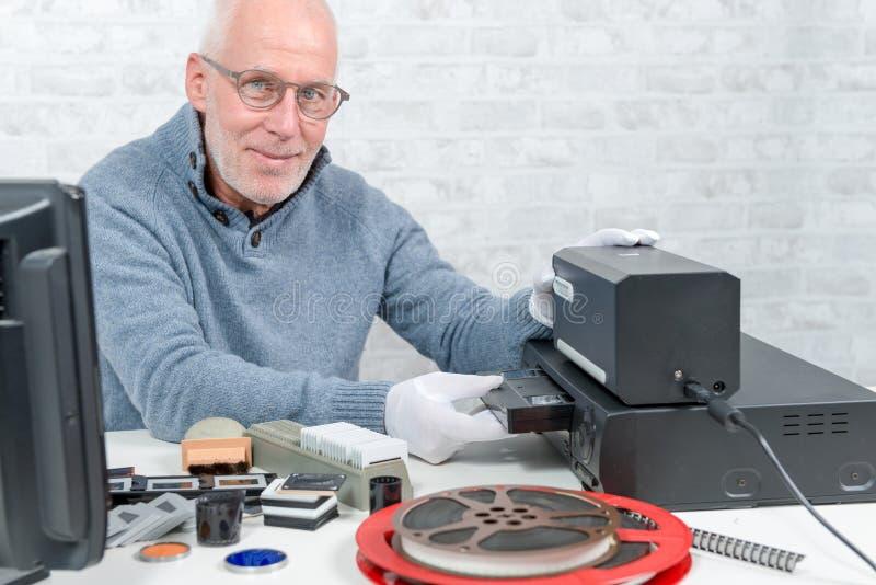 Technikermann mit VHS-Kassette für Digital-Analog-Wandlung lizenzfreie stockfotos