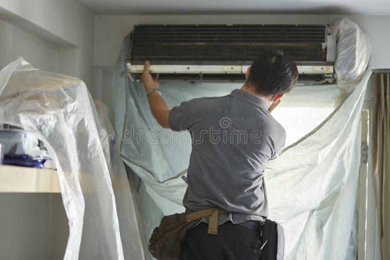 Technikerreinigung und -wartung die Klimaanlage lizenzfreies stockfoto