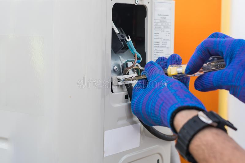 Technikerreparatur- und -wartungsklimaanlage lizenzfreies stockbild