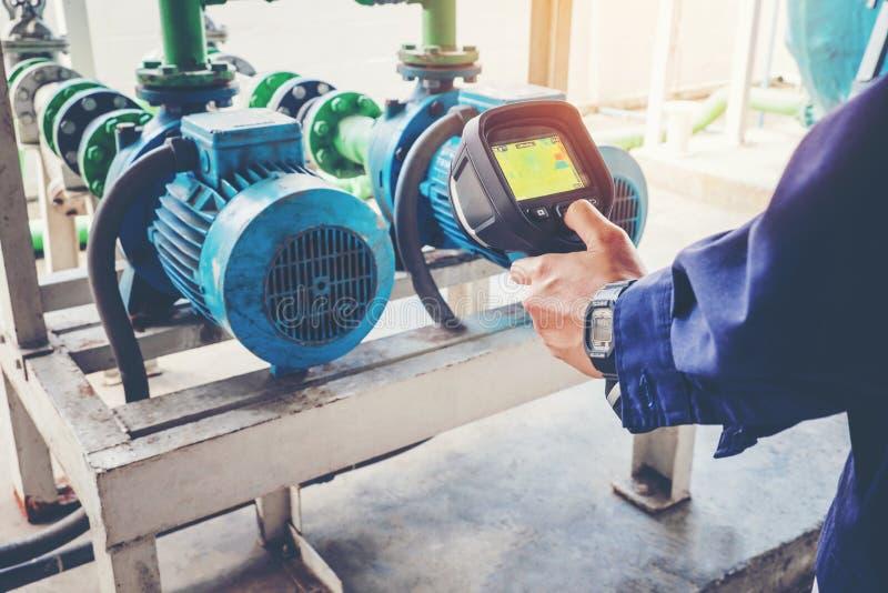 Technikerthermographie, die einen Wasser Bewegungskühlturm I instandhält lizenzfreie stockfotos
