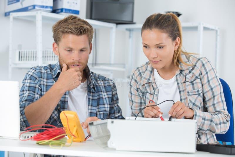 Technikstudenten, die im Labor arbeiten lizenzfreie stockfotografie