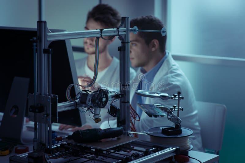 Technikstudenten, die im Labor arbeiten lizenzfreie stockfotos