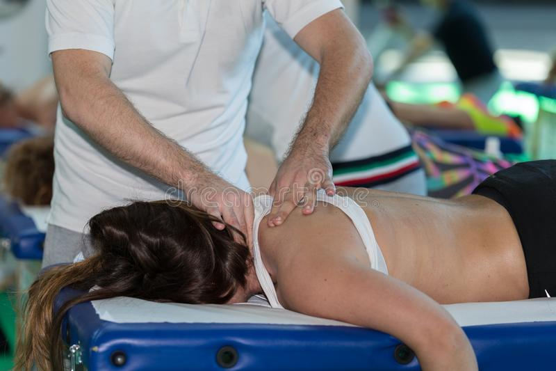 Technique de manipulation de chiropractie sur la fille du ` s d'épaule après activité de sport photographie stock