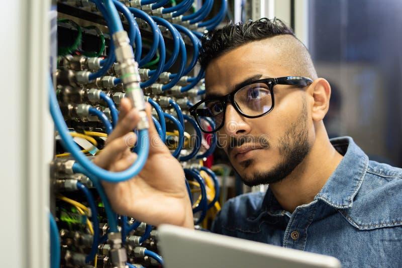 Technische ingenieur die centrale verwerkingseenheidscomputer onderzoeken stock foto's