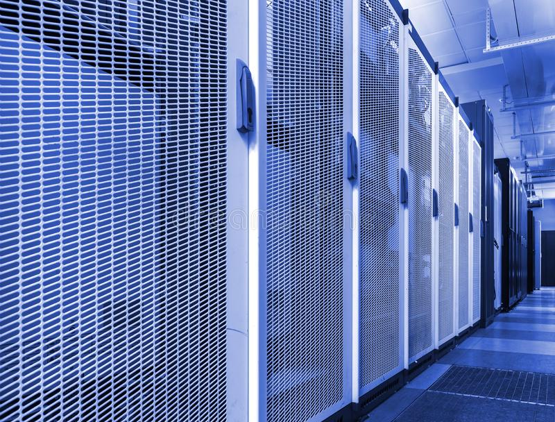 Technische muur van gegevensverkerenterminal Rij van het materiaal van de telecommunicatieterugvracht in modern communicatie cent stock afbeelding