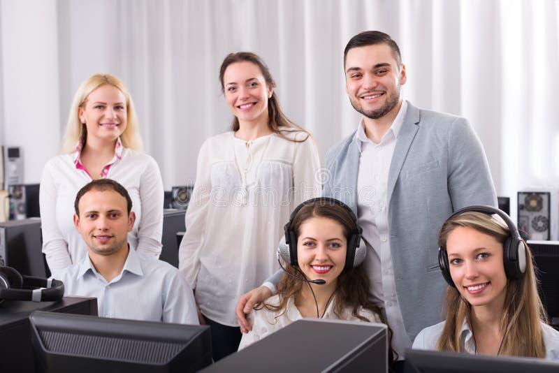 Technische Unterstützung, die in Call-Center arbeitet lizenzfreies stockbild