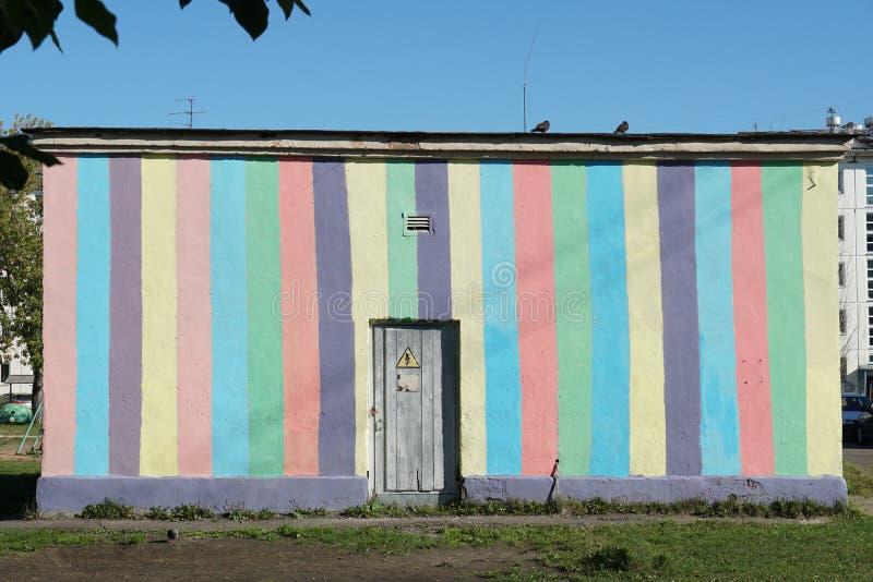 Technisches Gebäude der Stadt mit heller gemalter gestreifter Betonmauer stockfoto