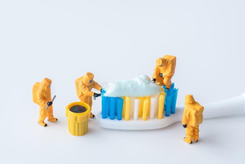 Technisches Miniaturteam überwachen Schadstoffe in den toothpas lizenzfreie stockfotos