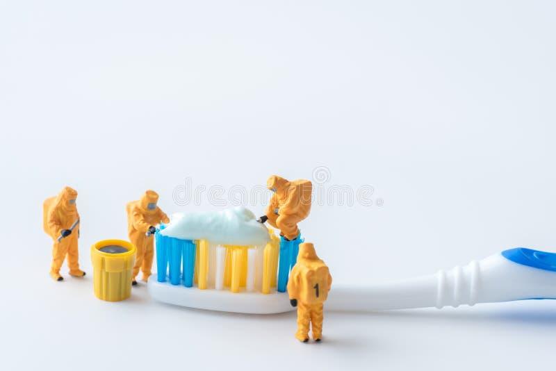 Technisches Miniaturteam überwachen Schadstoffe in den toothpas stockfoto