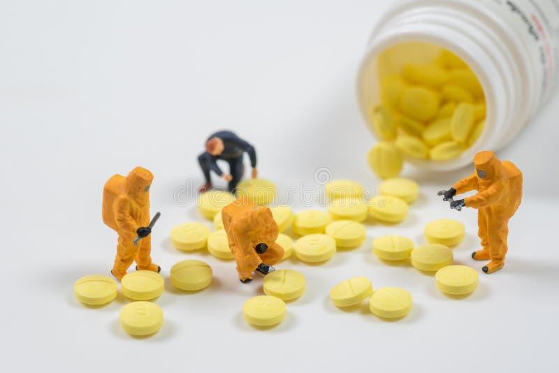 Technisches Miniaturteam überwachen Schadstoffe in Drogen-PU lizenzfreie stockbilder