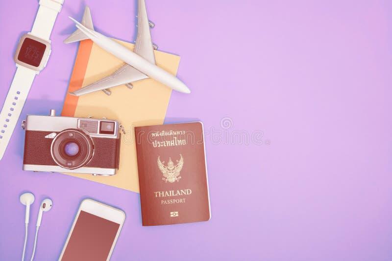 Συσκευές και αντικείμενα τεχνολογίας ταξιδιού για την έννοια ταξιδιού στοκ εικόνα με δικαίωμα ελεύθερης χρήσης