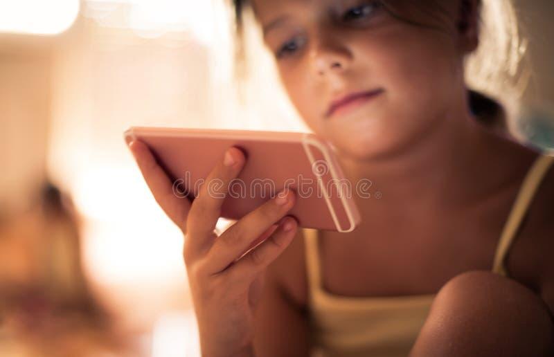 Technologia dla dziecka w wieku szkolnym jest znacząco fotografia stock