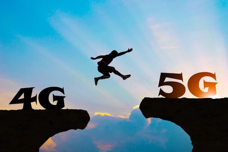 Technologia 4G iść 5G mężczyzna skacze sylwetkę obraz stock