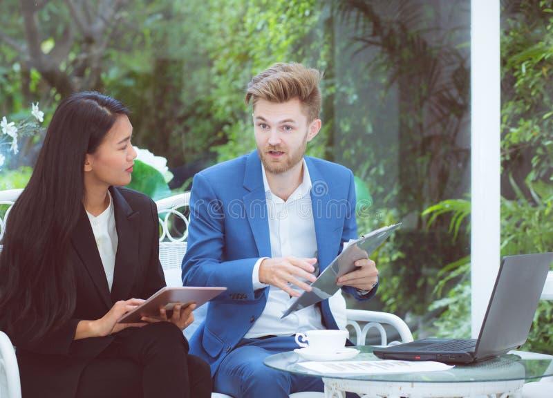 technologia i biura pojęcie - dwa biznesowy mężczyzna i kobieta z laptopem obraz royalty free