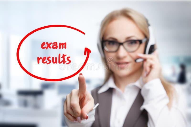 Technologia, internet, biznes i marketing, Młoda biznesowa kobieta pisze słowie: Egzaminów rezultaty zdjęcie royalty free