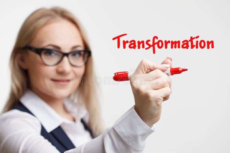 Technologia interneta marketing i biznes Młody biznesowej kobiety writing słowo: transformacja obraz stock