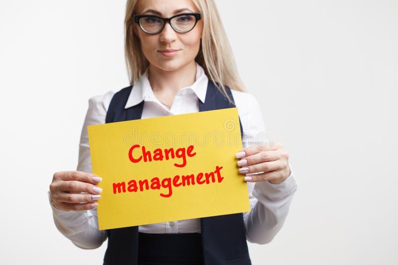 Technologia interneta marketing i biznes Młody biznesowej kobiety writing słowo: Zmiany zarządzanie zdjęcie royalty free