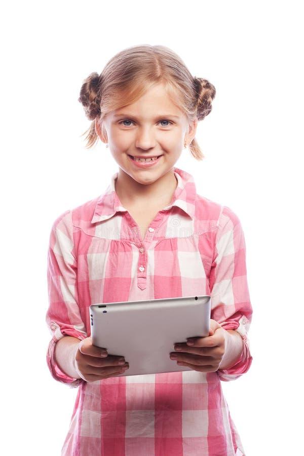 Technologia, ludzie i edukaci pojęcie, - mała dziewczynka z pastylka komputerem obraz royalty free