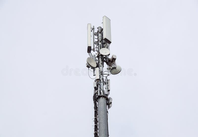 Technologia na wierzchołku telekomunikacja GSM Maszty dla telefonu komórkowego sygnału Wierza z antenami komórkowy obraz stock