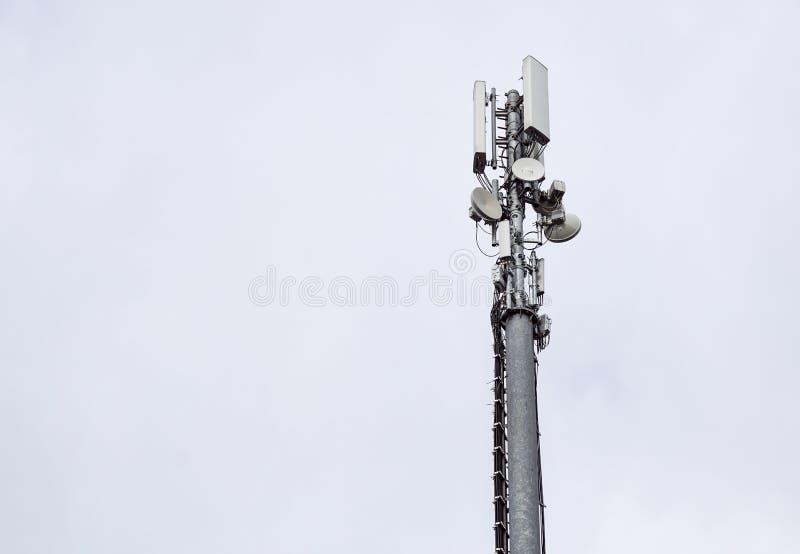 Technologia na wierzchołku telekomunikacja GSM Maszty dla telefonu komórkowego sygnału Wierza z antenami komórkowy obrazy stock
