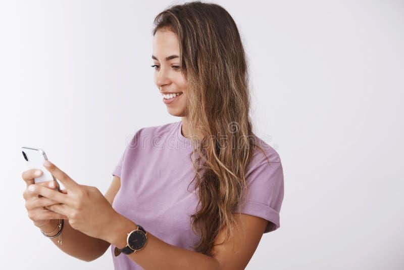 Technologia użytkownika mobilny pojęcie Atrakcyjnego szczęśliwego czułego dziewczyny smartphone pokazu mienia przyglądającego tel zdjęcia stock