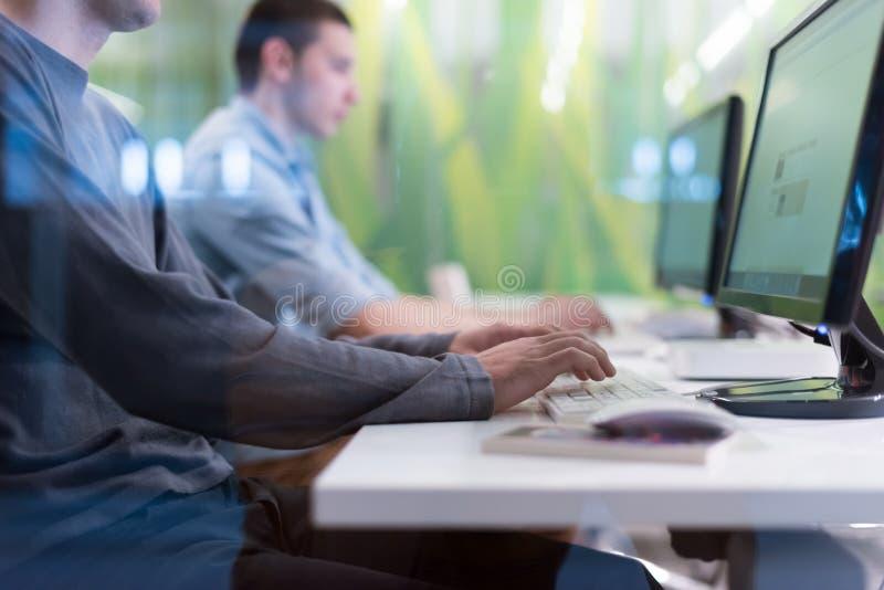Technologia uczni grupa pracuje w komputerowego lab szkolnej klasie obrazy stock