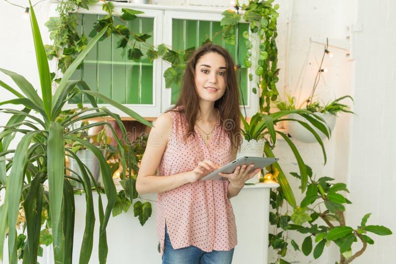 Technologieën, aard, mensenconcept - de jonge vrouw bedriegt door laptop of surft Internet in een ruimte met groen royalty-vrije stock foto