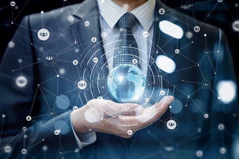 Technologie łączy świat w ręka biznesmenie obrazy stock