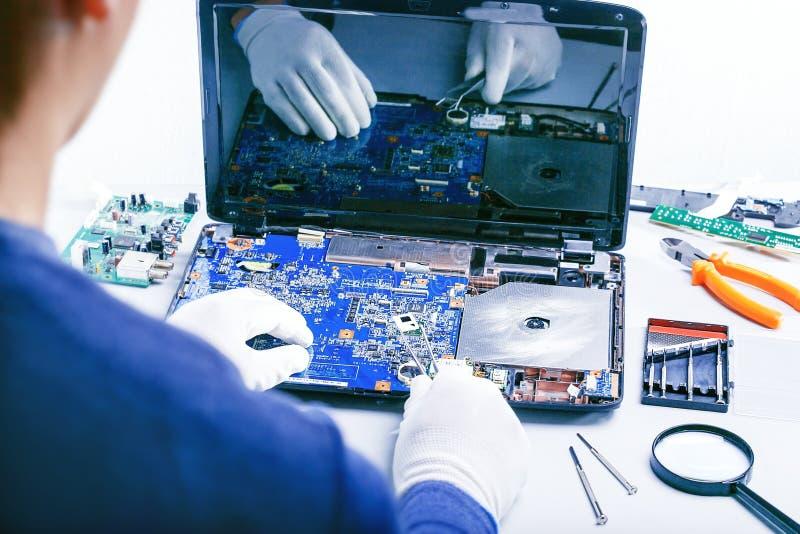 Technologie bevestigt motherboard in de dienstcentrum Laptop van de reparatie royalty-vrije stock foto