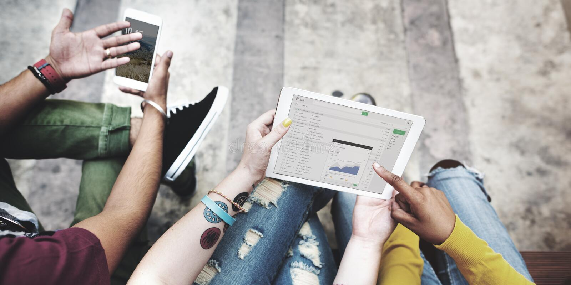 Technologie C de téléphone portable de Tablette de Digital d'analyse de coupure d'étudiants photo libre de droits