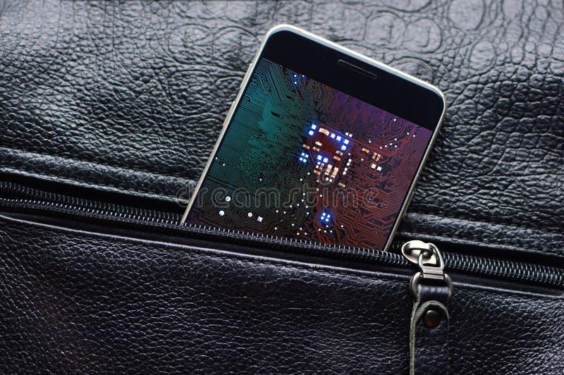 Technologie de Cyber et numérique du futur concept Le téléphone intelligent avec la puce sur un affichage regarde de la poche en  images libres de droits