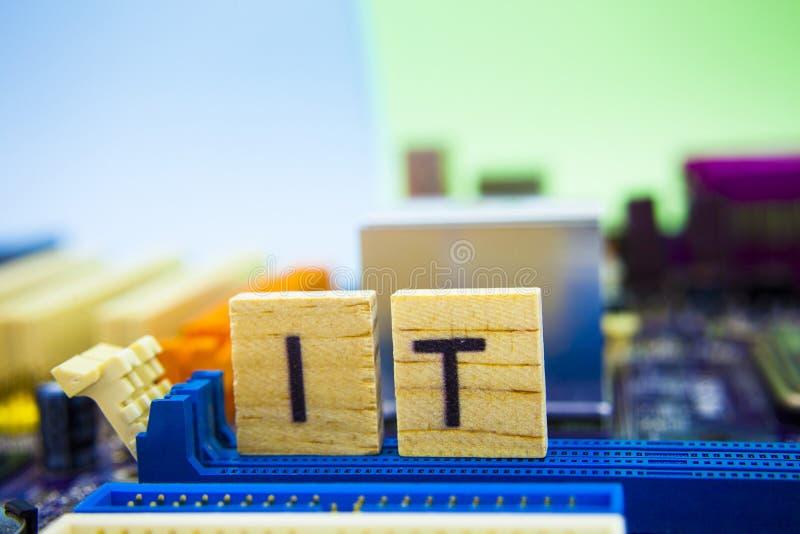 Technologie de l'information, sland d'Internet pour le service informatique Cubes en bois avec le service informatique de lettres photographie stock libre de droits