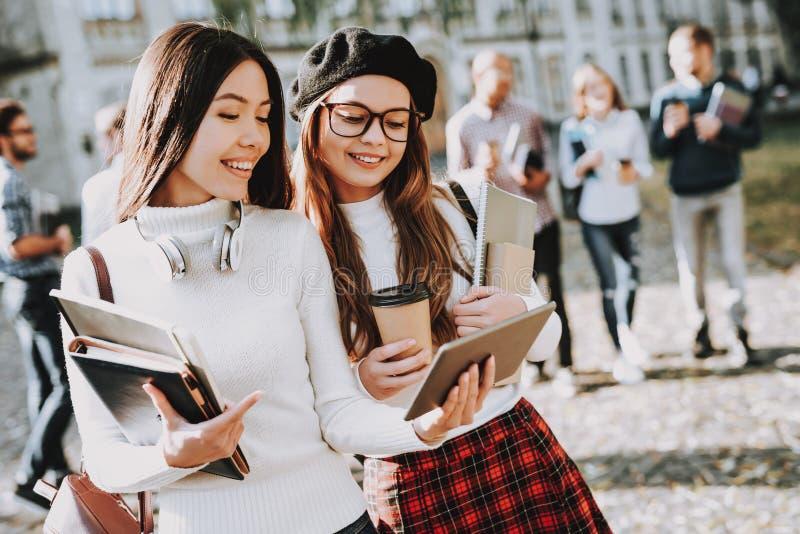 Technologie de réseau filles heureux ensemble étudiant images stock