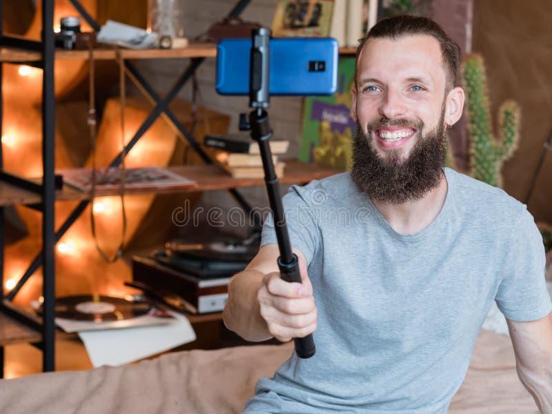 Technologie de sociale media telefoon van de tendensmens selfie stock afbeeldingen