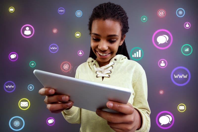 Technologie des communications Fille ? l'aide du comprim? photo libre de droits