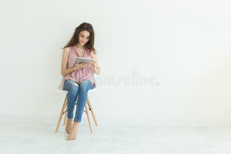 Technologie, edukacja, ludzie pojęć - młoda studencka kobieta używa pastylkę na białym tle z kopii przestrzenią zdjęcie royalty free
